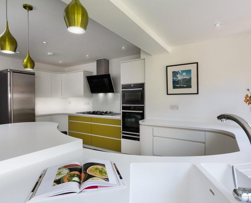 MODERN CURVED HANDLELESS KITCHEN WITH CORIAN WORKTOPS